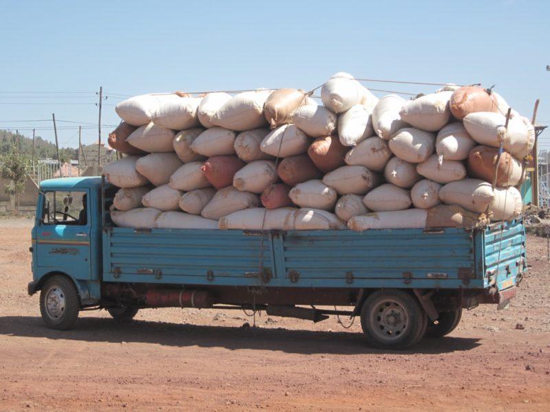 Ethiopia Yirgacheffe vrachtwagen met zakken koffie